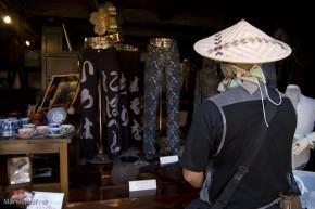 Obchod s moderným oblečením vyrobené z tradičného materiálu