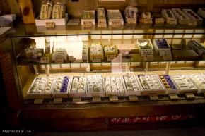 výklad v obchode so sladkosťami výrobených z jedlých gaštanov