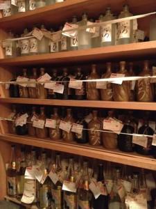 úložňa v Izakaji - takto odložia nedopitú flašu do ďalšej návštevy