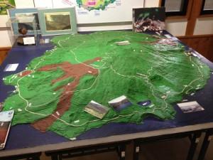 3D model ostrova. Tie červené flaky sú nedávne výrony lávy, pre ktoré bolo obyvateľstvo evakuované.